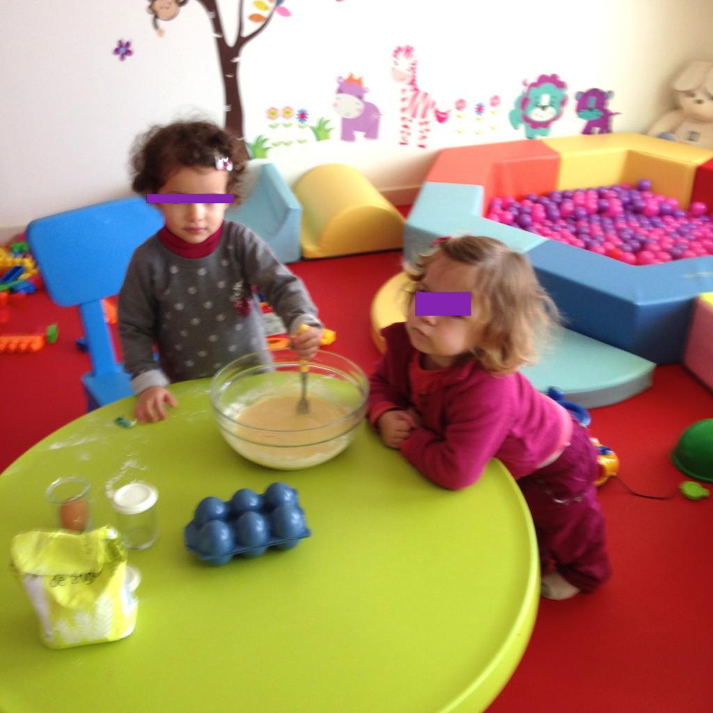 nous préparons le gâteau au yaourt pour l'anniversaire de Léo