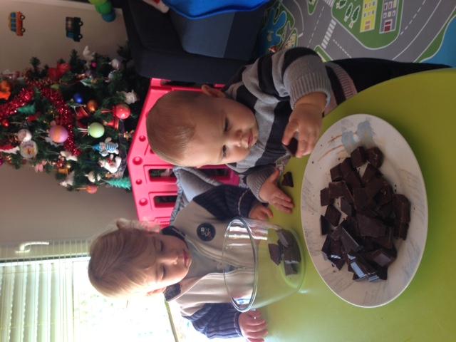 preparation des bonbons en chocolat Noé et Léo
