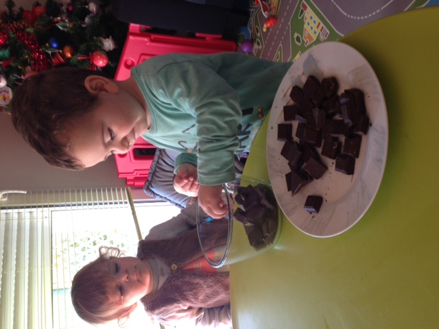 preparation des bonbons en chocolat Louise et Thomas