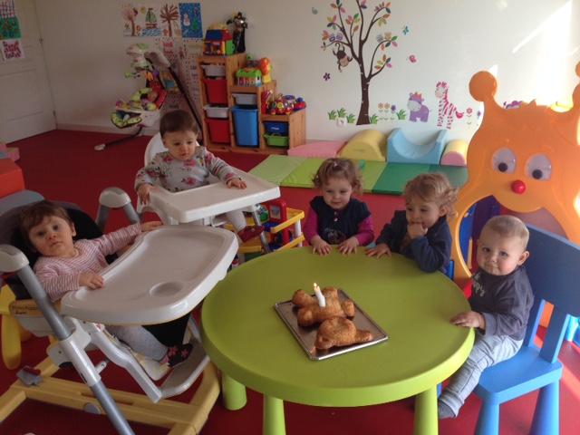 Noé souffle sa 1ere  bougie avec ses copains